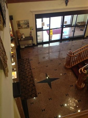 Comfort Suites: front lobby from 2nd floor