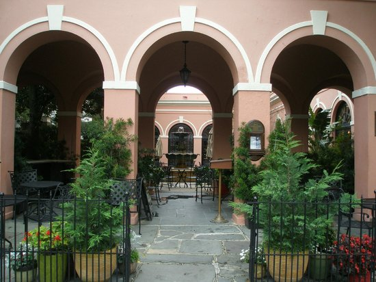 The Mills House Wyndham Grand Hotel : Street entry to Courtyard