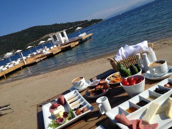 La Boutique Alkoclar: Breakfast by the sea
