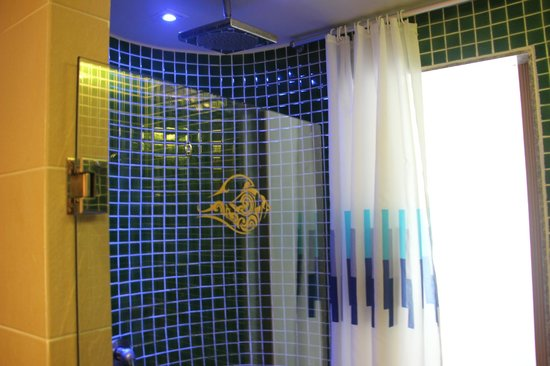 Blue Ocean Resort: Shower cubicle