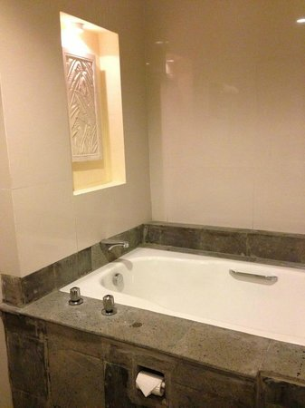 Harmoni One Convention Hotel and Service Apartments: just nice size bathtub