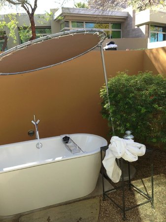 Sanctuary Camelback Mountain: The outdoor tub.  Not so private, the walls are way too short