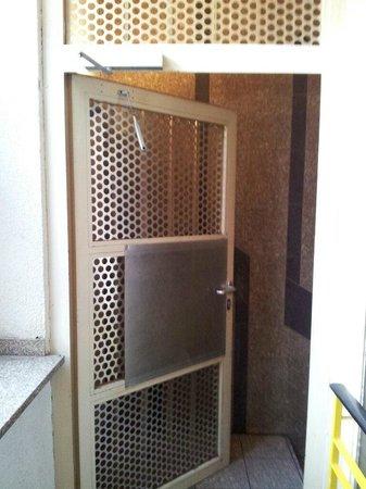 Five Elements Hostel Frankfurt: Defekte Tür im Treppenhaus, die aber aus Sicherheitsgründen unbedingt geschlossen zu halten war.