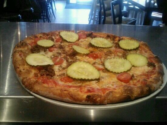 Crispino Pizza y Pasta: cheesseburger onions y tomato y pickeles