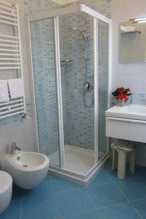 Hotel Menfi: bagno st. 202 new 2013
