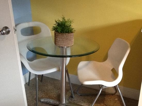 Hollywood Beach Suites, Hostel and Hotel: cool table and chairs