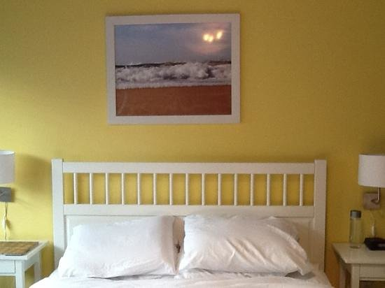 Hollywood Beach Suites, Hostel and Hotel: comfy queen bed