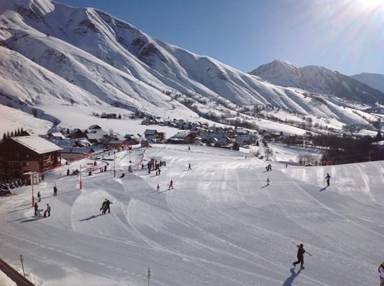 Hotel Beausoleil : vue du balcon, départ ecole de ski.