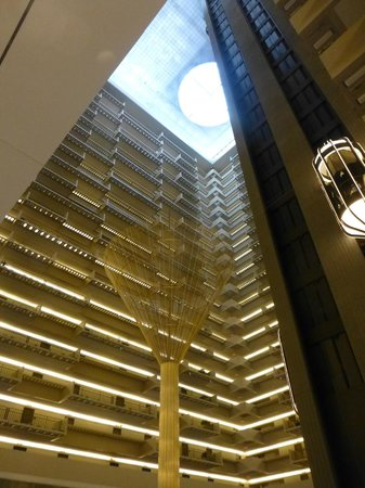 Hyatt Regency Atlanta: Open lobby surrounded by guest rooms
