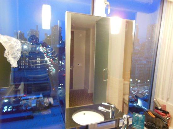 Kimpton Ink48 Hotel: Bathroom w/ rain shower
