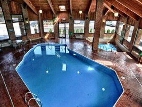 Christopher Inn & Suites: Pool
