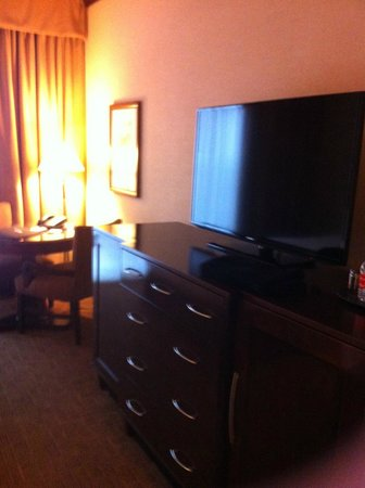 Ameristar Casino Hotel Kansas City : Dresser and TV