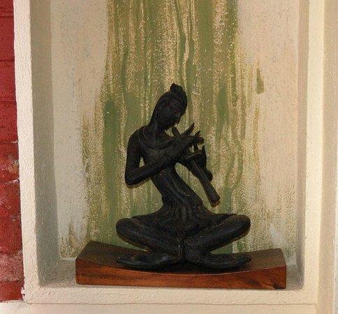 Highbury Colombo: statue