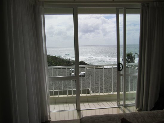 La Mer Beachfront Apartments: look out onto sunshine beach surf from hall balcony