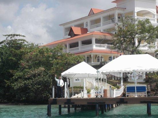 Luxury Bahia Principe Cayo Levantado: vista desde el muelle del hotel (Alexis saludando en la despedida)