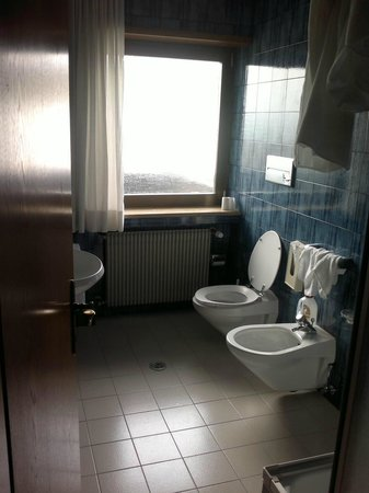 Pension Prack: Bagno con finestra stanza n. 7