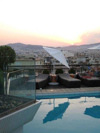Novotel Athenes: Liegebereich am Pool auf dem Dach