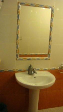Pension Chiki: cuarto de baño con ducha