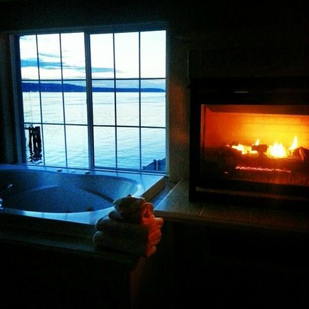Silver Cloud Inn Mukilteo – Waterfront: Jacuzzi Room View at sunset