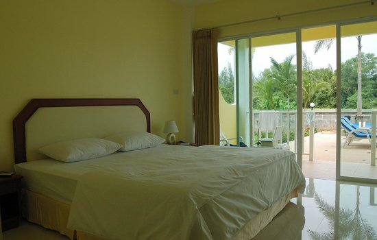 Naiyang Sonwa Resort: bed and view from the room