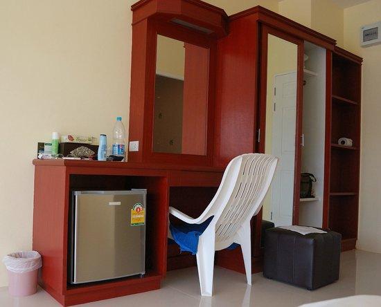 Naiyang Sonwa Resort : shelve and desk in the room
