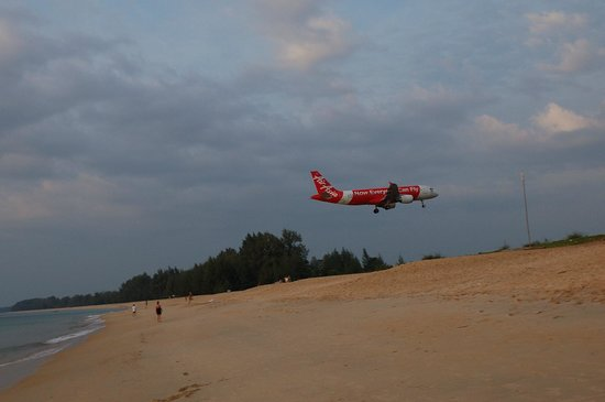 Naiyang Sonwa Resort: planes landing at the neighbouring beach