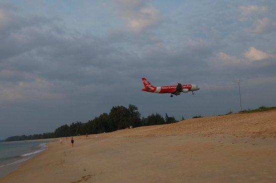 Naiyang Sonwa Resort : planes landing at the neighbouring beach