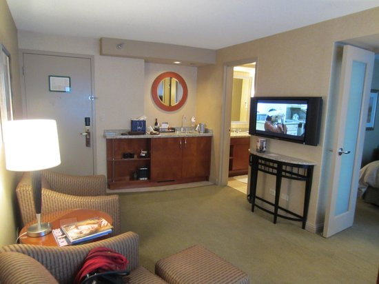 Omni Chicago Hotel: Living Area - minibar and TV area
