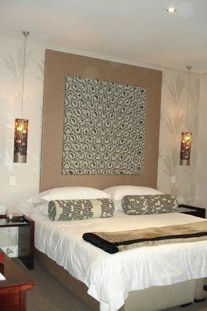 Grand Daddy Hotel: Bett Raum 308