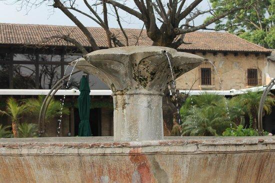 Casa Santo Domingo : Fuente en el centro de la plaza