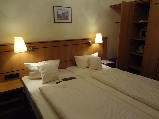 National Hotel - Frankfurt: One of the rooms with double bed