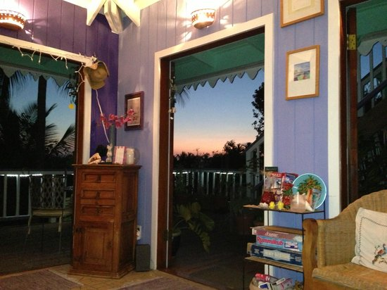 Garden by the Sea B&B: inside sitting room at sunset