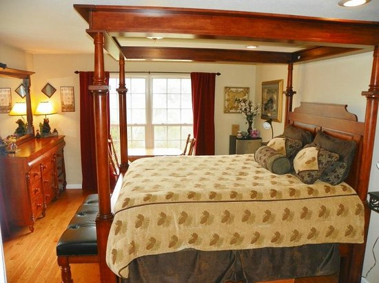 Sweetberries Bed and Breakfast: Treetop Room - Queen four poster canopy bed