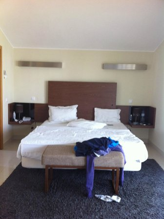 Vale da Lapa Resort & SPA: Bedroom with walk in wardrobe area at other side