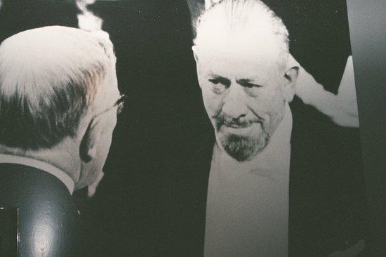 National Steinbeck Center: John Steinbeck recibe el Premio Nobel 1962 (Mural)