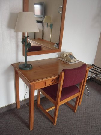 Redwood Arms Motel: Desk/Writing Area in each room.