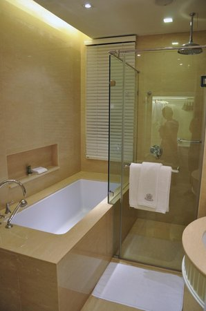Oriental Residence Bangkok: Spacious and spotless clean bathroom