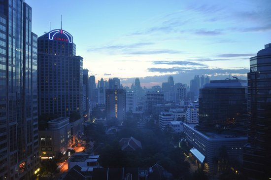 Oriental Residence Bangkok: Sunrise over BKK from my room