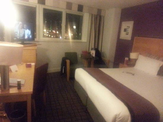 Clayton Hotel Limerick: Nice room - huge bed!