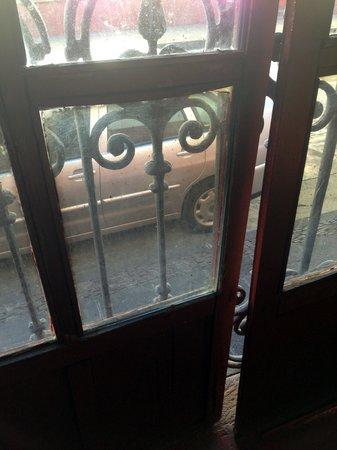 Hotel Casa Encantada: Gran Sala street window