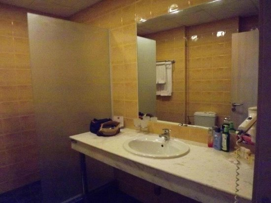 Hotel Riu Helios: Our large Bathroom with big walk in shower