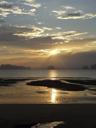The Tubkaak Krabi Boutique Resort: Watching a stunning sunset while drinking cocktails in the restaurant