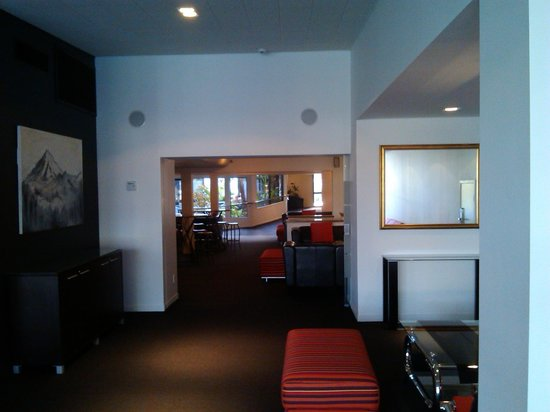 The Devon Hotel & Conference Center: lounge through to bar
