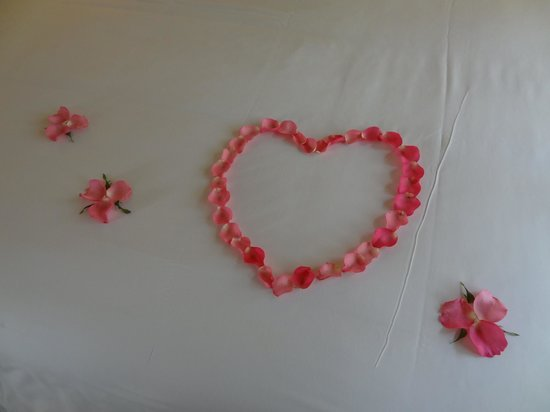The Tubkaak Krabi Boutique Resort: Flowers for our honeymoon on bed on arrival