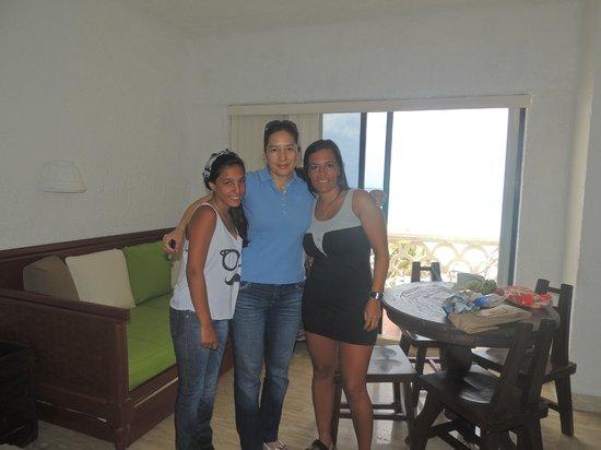 Apartamentos Cancun Plaza: En el medio la dueña del lugar Leticia