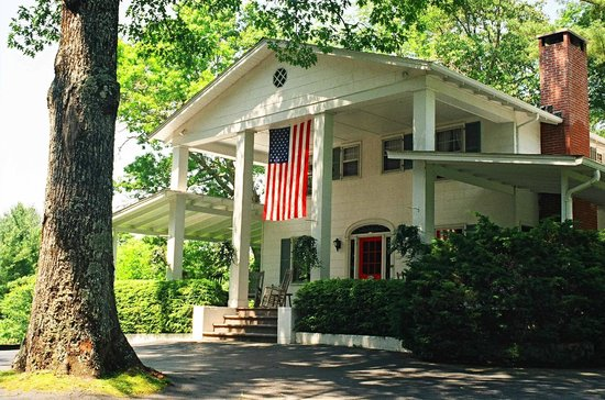 Colonial Pines Inn Bed and Breakfast: Exterior in Summer