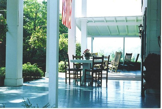 Colonial Pines Inn Bed and Breakfast: Porch in Summer
