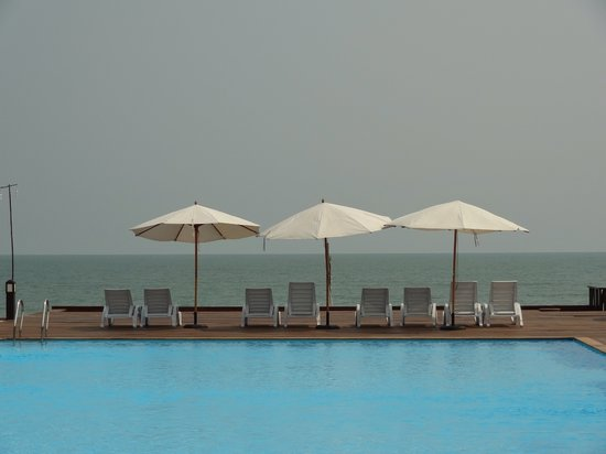 I-Tara Resort & Spa: Pool and sea