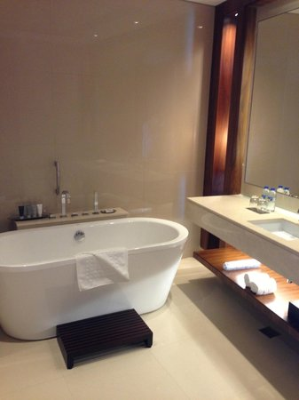 JW Marriott Marquis Hotel Dubai: Large bathtub and plenty of space