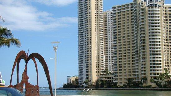 Miami Beach, FL: Vista que se tem trafegando na Collins Ave em Miami...